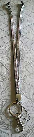 Avainnauha turvalukolla, glittervalkoinen 90 cm