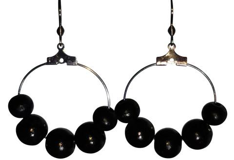 Puuhelmikorvakorut, musta
