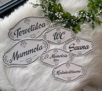 KYLTTI ISO laj. 15x10x0,4cm,  Tervetuloa, Mummola, Sauna ja Wc tekstillä