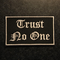 Trust No One -kangasmerkki
