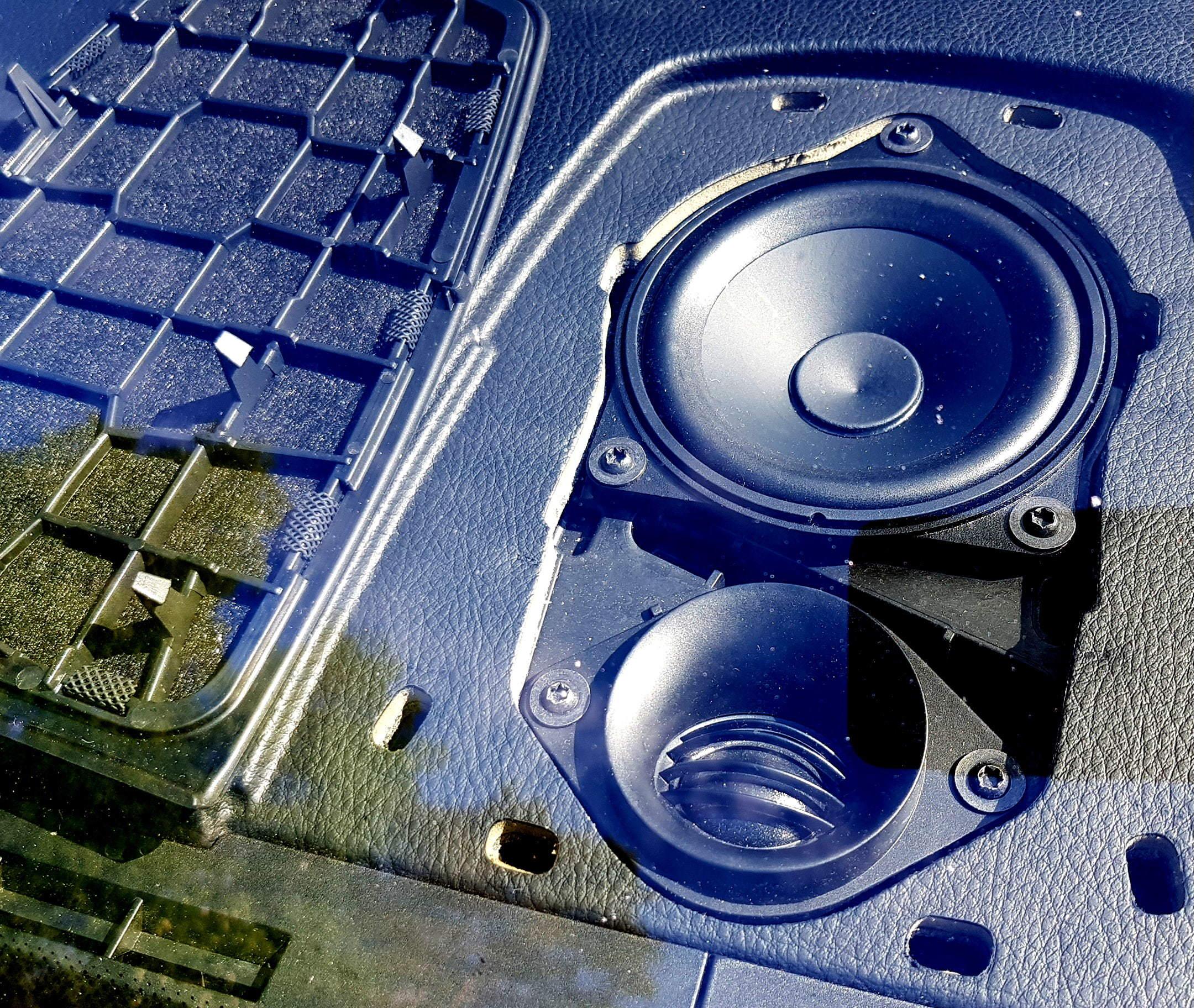 BMW F10/F11 keskikaiuttimen vaihto Audison Prima APBMW K4M erillissarjan elementteihin