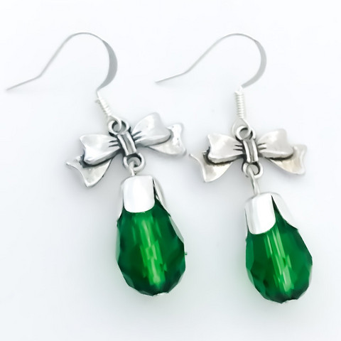 rusettikorvakorut vihreällä pisaralla