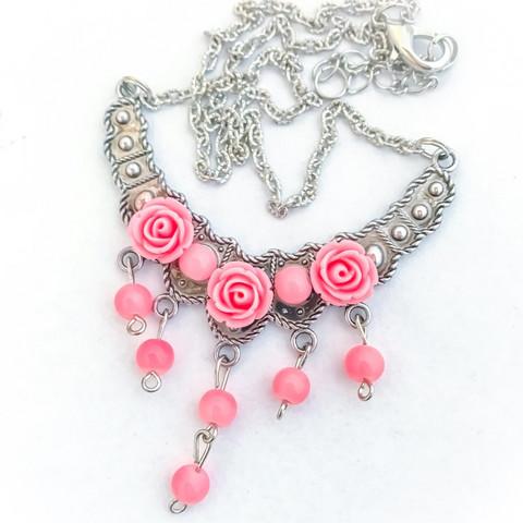 ruusuja ja helmiä kaulakoru vaalenpunainen