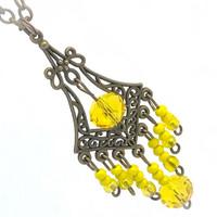 keltaista ja pronssia kaulakoru