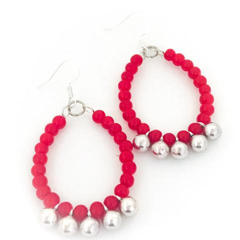 punaisia helmiä hopeapalloilla korvakorut