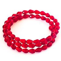 tumman punaisia fasettihiottuja helmiä vaijerirannekoru