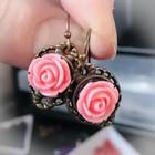 pinkit ruusukorvakorut pienellä ruusulla