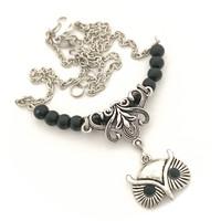 mustia helmiä pöllöllä kaulakoru