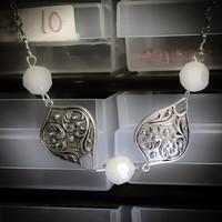 Sydänkuvio kaulakoru loistavan valkoisilla helmillä