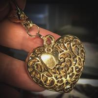 sydän sysämessä laukku/avainkoru kullanväri