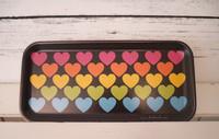 Tarjotin TRAY – RAINBOW LOVE, värikäs sydänkuvio