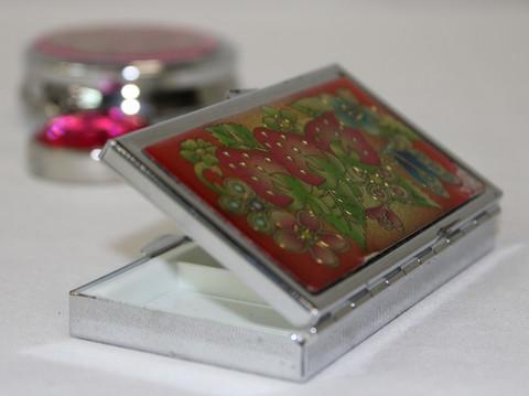 Kauniit värikkäät pillerirasiat