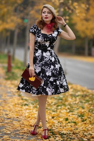 Mustavalkoinen kasvivarjokuvioinen mekko