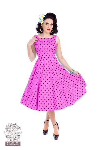Pinkkipohjainen mustapolkadot mekko