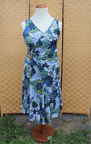 Pariisin malliston sininen lehtikuviollinen mekko