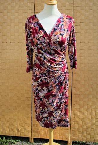 Punertava , syksyn väreissä hehkuva hihallinen mekko