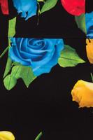 Mustapohjainen ruusu kynämekko
