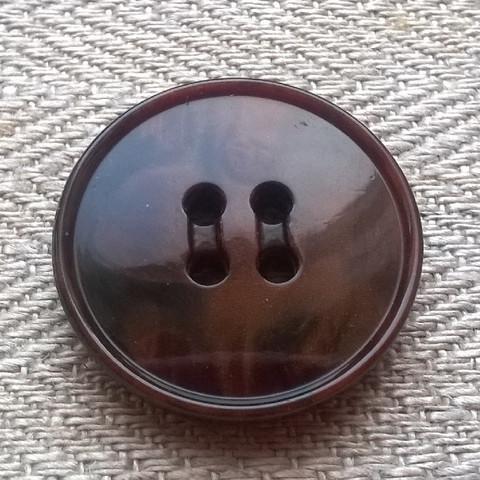 Keskiruskea takinnappi, 23 mm