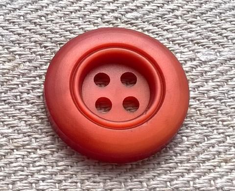 Punaruskea nappi, nelireikäinen, 21 mm
