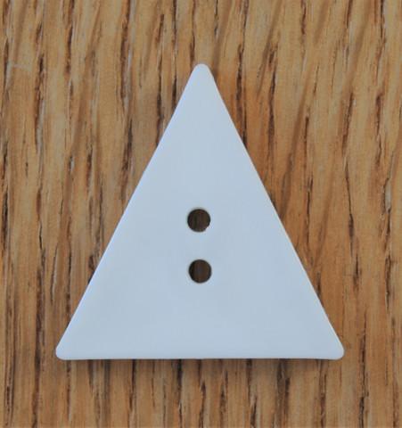Valkoinen kolmikulmainen nappi, 28 mm