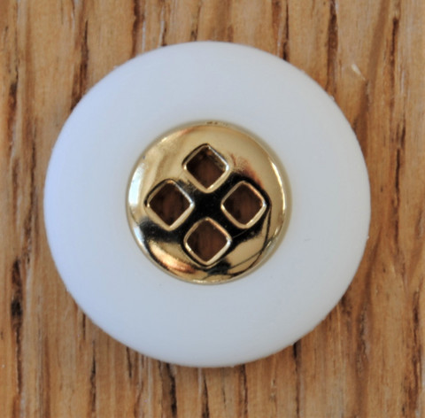Valkoinen kultakoristeinen nappi, koot 17 ja 23 mm