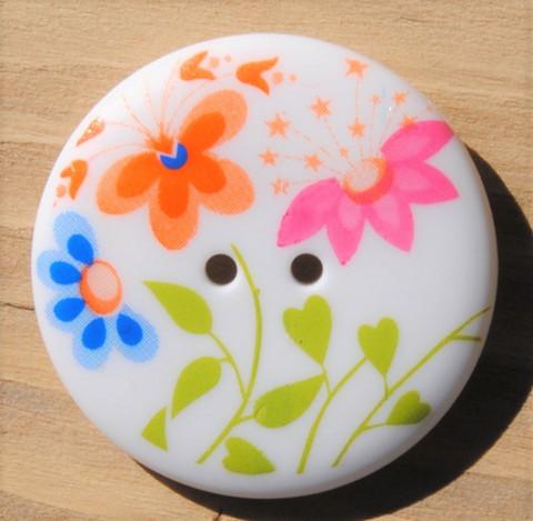 Valkoinen kukkakuvioinen nappi, 25 mm