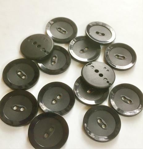 Musta nappi, 28 mm