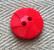 Punainen kuvioitu nappi, 14 mm