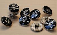 Musta pääkallokuvioinen metallinappi, 20 mm