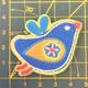 Sininen keltasiipinen lintu-koristekuvio