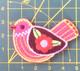 Pinkki kukkasiipinen lintu-koristekuvio