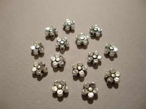 Metallihelmi hopeoitu pieni kukka 5,5 mm (30 kpl/pss)