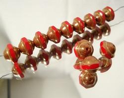 Tsekkiläinen lasihelmi hyrrä opaakki metalli/punainen 8 x 10 mm (4 kpl/pss)