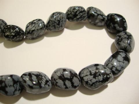 Obsidiaani (snow obsidian) musta/harmaa nuggetti n. 10x15 mm (10/pss)