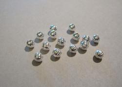 Metallihelmi uritettu hopeoitu 4 mm (20 kpl/pss)