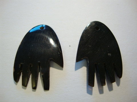 Sarvihelmi (riipus) musta käsi 37 x 24 mm