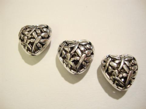 Metallihelmi kuvioitu sydän antiikkipatina hopea n. 15 mm