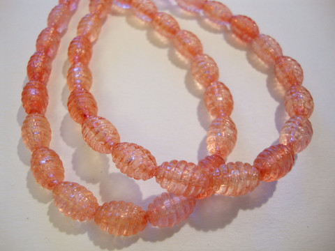 Lucitehelmi korallinpunainen ovaali uritettu 9 x 6 mm