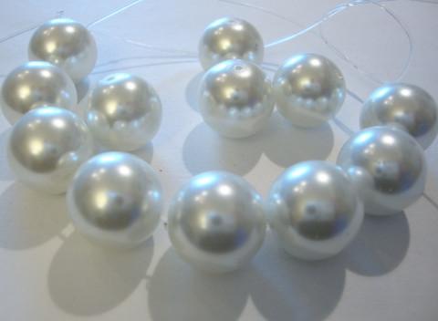 Helmiäislasihelmi valkoinen 14 mm (10/pss)