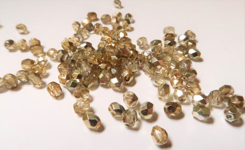 Tsekkiläinen fasettihiottu lasihelmi pyöreä kirkas-kulta/pronssi  4 mm (100 kpl/pss)