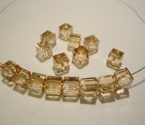 Swarovski kristallihelmi kulta Golden shadow kuutio 6 mm (2/pss)