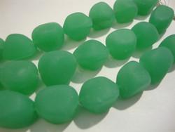 Huurrelasihelmi opaakki vihreä nuggetti 10 - 15 mm (7 kpl/nauha)