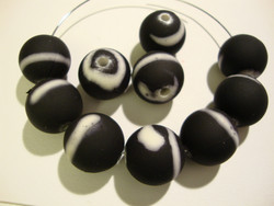 Akryylihelmi matta musta /valkoinen (rubberized) 14 mm (2/pss)
