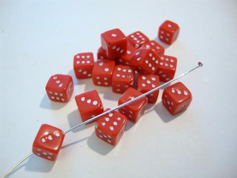 Akryylihelmi Arpakuutio punainen opaakki 11 mm (10 kpl/pss)