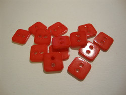 Helmiäisnappi punainen neliö 11 mm