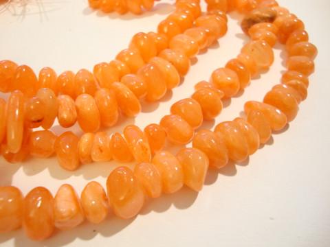 Jade värjätty oranssi nuggetti 7-10 x 8-12 mm (20/pss)