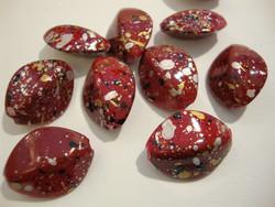 Akryylihelmi kuvioitu punainen (kulta, hopea, musta) ovaali 23 x 18 mm (4/pss)