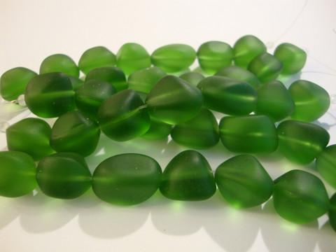 Huurrelasihelmi vihreä nuggetti 10 - 15 mm (7 kpl/nauha)