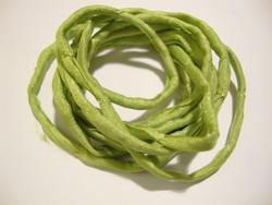 Silkkinauha käsinvärjätty vaaleanvihreä n. 3 mm / pituus n. 1 m