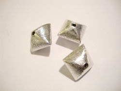 Metallihelmi hopeoitu Pyramidi 12 mm (reikä 1,2 mm)